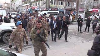 Jandarma Komutanı Hakkari'de halkın içinde böyle dolaştı