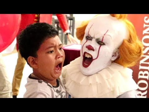 "pennywise-terrifies-audience-inside-""the-house-of-mirrors""-(robinsons-movieworld,-galleria)"