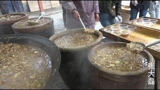 河南小村庄3000人同吃大锅菜 八个大锅同时做 一缸一缸往外盛