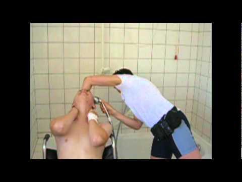 Haare waschen im krankenbett
