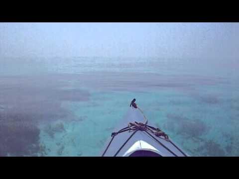 透明すぎる海をカヌーで進む