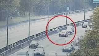 Repeat youtube video INCREDIBILE donne pazze in autostrada INCREDIBLE crazy women in highway