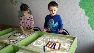 Песочная анимация. Рисуем песком. Детки рисуют песком. Музыкальная минутка с танцамм. Волшебный