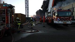 Zeer grote brand bij kunststofgroothandel in Waalwijk