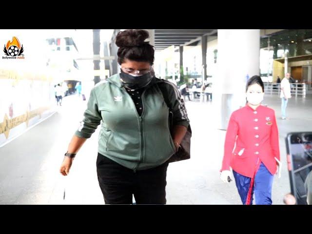 Gully Boy Director Zoya Akhtar Arrives At Mumbai Airport