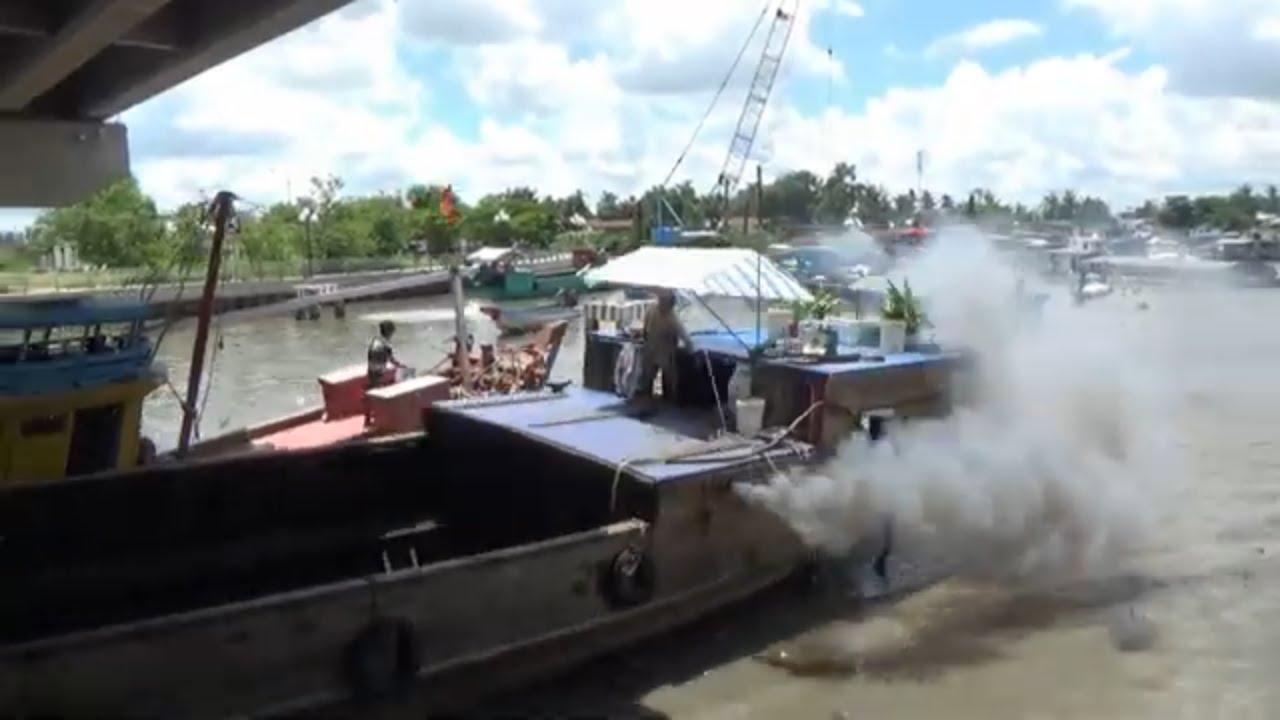 tàu ghe và vỏ lãi tranh nhau qua cống quá nguy hiểm/car engine cove