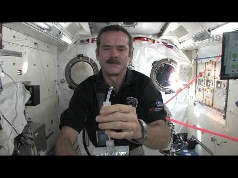 Chris Hadfield montre comment les astronautes se lavent les mains en apesanteur