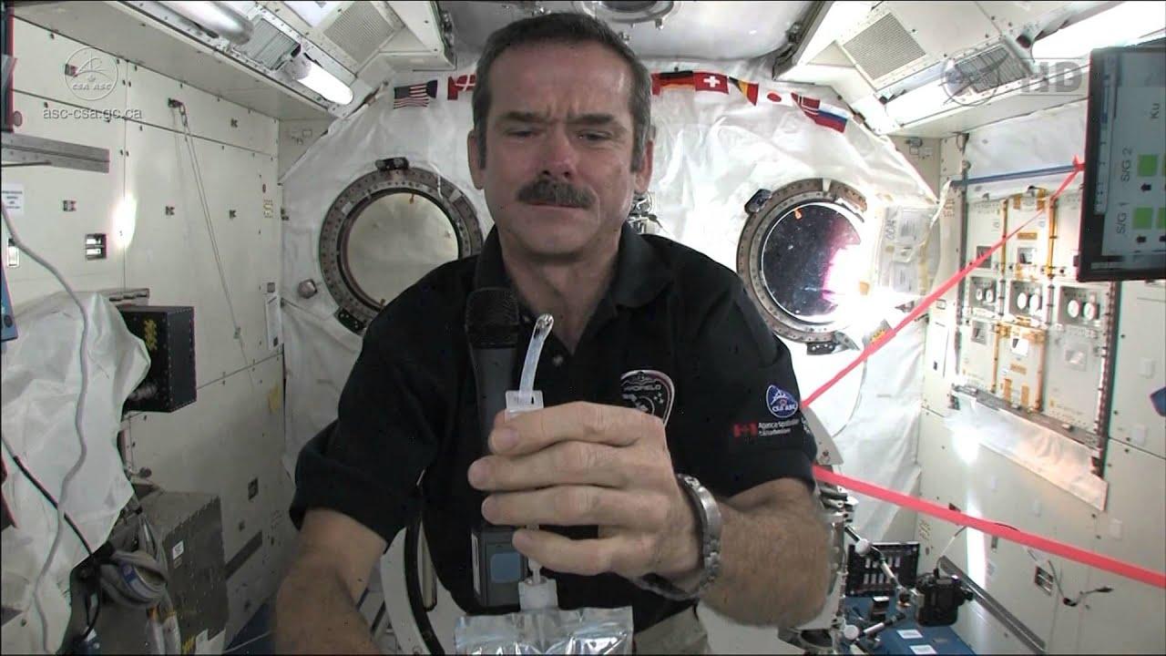 Chris Hadfield montre comment les astronautes se lavent ...