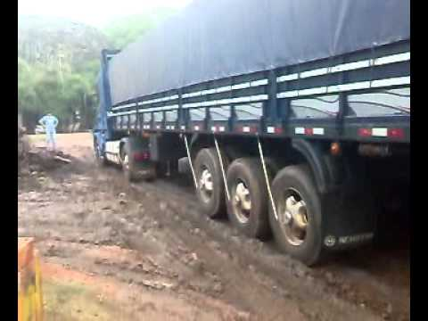 Camin Scania que no pudo subir charquito.