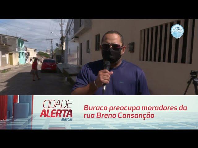 Buraco preocupa moradores da rua Breno Cansanção, no Jacintinho