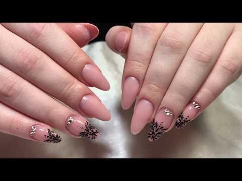Овальные бежевые ногти