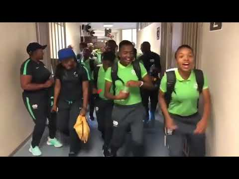 Seleção sul africana de futebol feminino Entra em campo dançando.