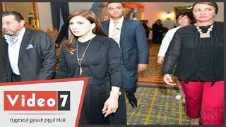 ماجدة الرومى تعتذر للصحفيين عن عدم قدرتها للحديث معهم بالمطار بسبب التدافع