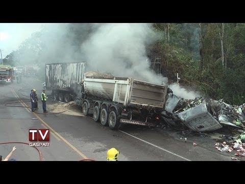 Grave acidente deixa pelo menos três mortos na BR 470