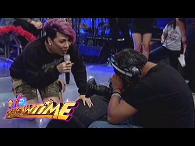 It's Showtime: Vice Ganda catches something