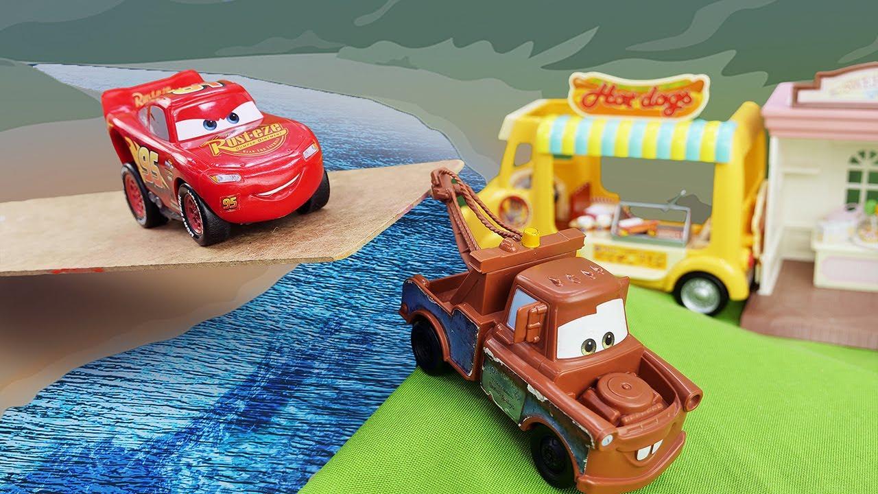 Rayo McQueen atraviesa el río. Coches de carreras. Carros para niños