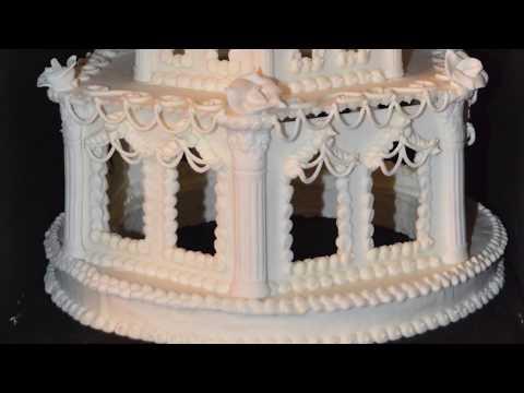 ein kleines Kunstwerk aus Eiweißspritzglasur, Royal Icing, 3-Stöckig für Torten