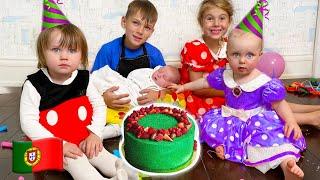 Crianças e pai preparam um presente para o aniversário