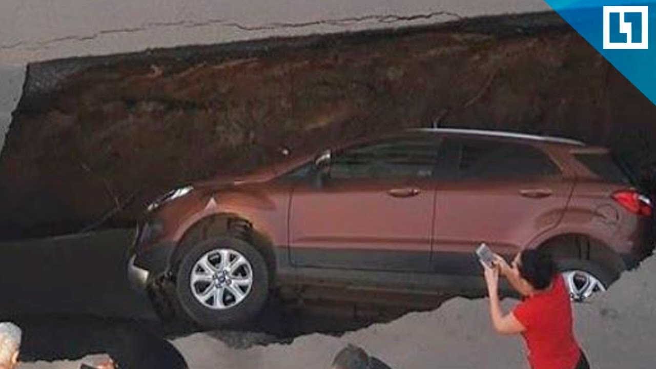 Фото застрявшего автомобиля на гранитной улице