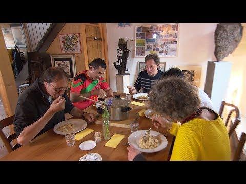 Swiss open homes to hiking asylum seekers