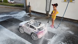 DIANA LAVE SA VOITURE ! DIANA WASHES HER CAR IN CARWASH !