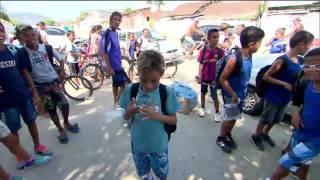 Polícia ajuda criança a estudar