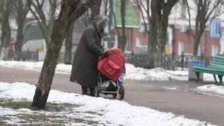Самая пожилая мама Украины гуляет с ребенком