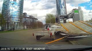 В  центре Екатеринбурга отлетевшая крыша рухнула на автомобиль