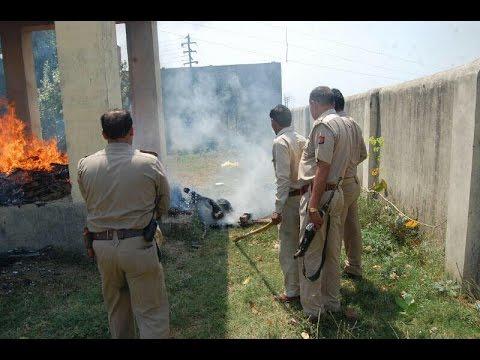 पुलिस ने जलती चिता से खींचा लड़की का शव