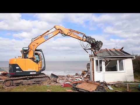 Hemsby homes hanging over cliffs demolished