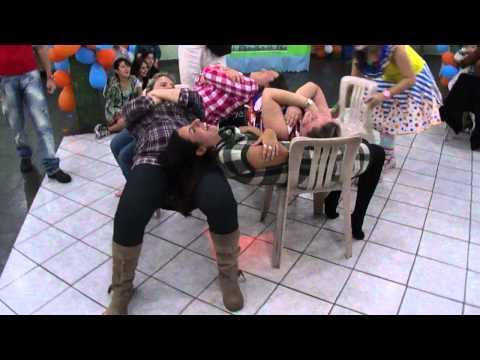 Brincadeira da cadeiras com adultos