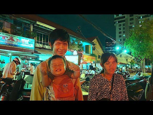 Thương 2 vợ chồng mù bán tăm bông, móc khoá mưu sinh trên đường phố Sài Gòn