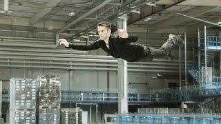 Unglaublich! Magier fliegt durch Fabrikhalle - die Flyingillusion vom Zauberer THE MAGIC MAN