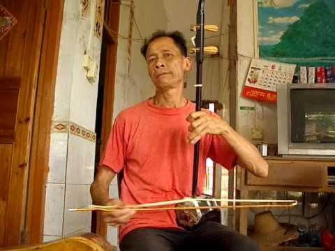 Music in Pudi (Yangshuo-Guilin), Jessie's father plays erhu