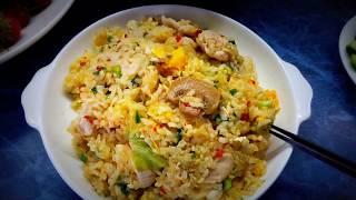 Тайская кухня Жареный рис с грудинкой, овощами и зеленью