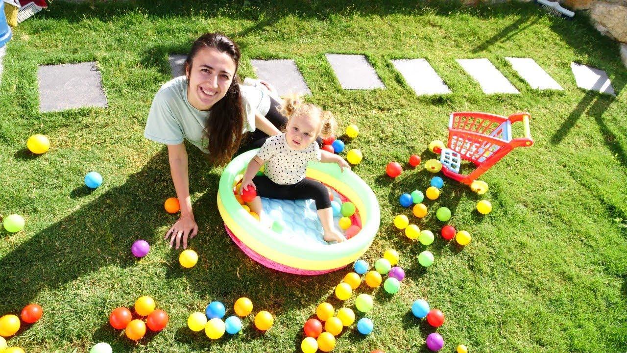 Top havuzu! Derin topları alıp havuza dolduruyor! Çocuk videosu