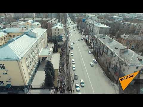 Présidentielle кusse: la file d'attente devant l'ambassade de Russie à Bichkek