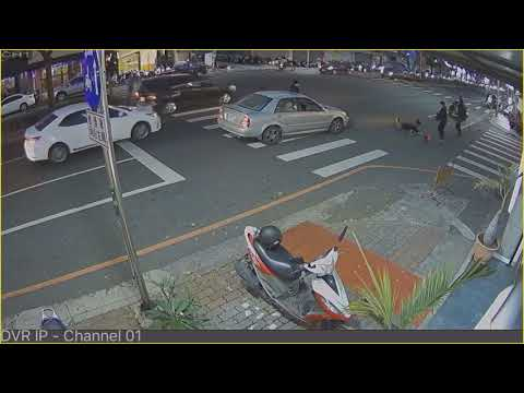 (一石二鳥)超扯汽車疑似睡著撞飛騎士 機車自己跑去撞別人