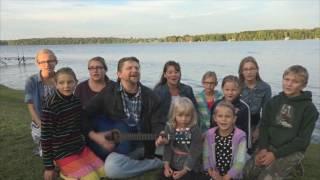 И в снег, и в дождь я радуюсь в Иисусе - Христианская песня исполняет многодетная семья Савченко