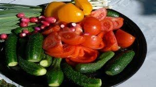 Как приготовить салат из свежих помидоров и огурцов.