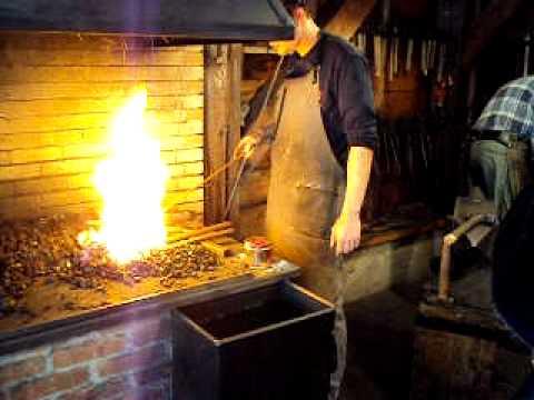Hendrik smit bezig met staal splijten smederij de hoehamer te elburg funnydog tv - Smeden van ijzeren ...