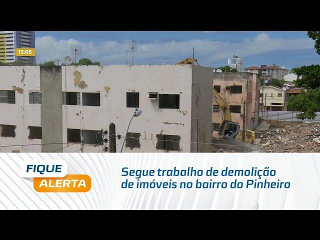 Segue trabalho de demolição de imóveis no bairro do Pinheiro