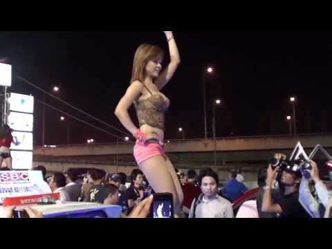 Em gái nhảy cực nóng bỏng trong hội chợ ô tô