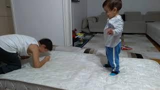 Berat ve Abisi banyo yapmadan önce stres atıyor...