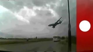 Images spectaculaires d'un crash d'avion