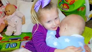 Райан и Эльвира играют в детский садик