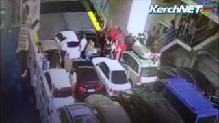 Видео падения автомобиля с крымского парома(Водитель черной Lada Priora завел машину и выкрикнув лозунг «Я должен быть первым в Крыму» слетел с парома. Судя..., 2016-09-17T09:38:16.000Z)