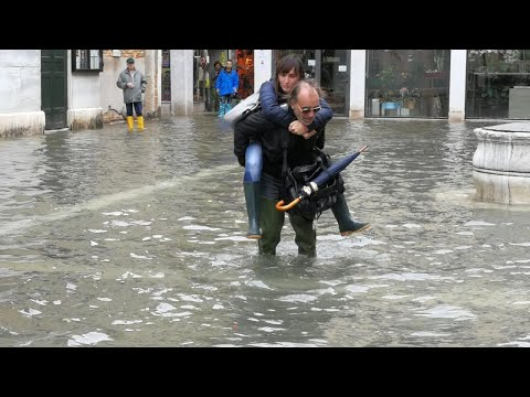 """Venezia. Il sindaco allontana i turisti da San Marco. """"Ecco perché serve il Mose"""""""