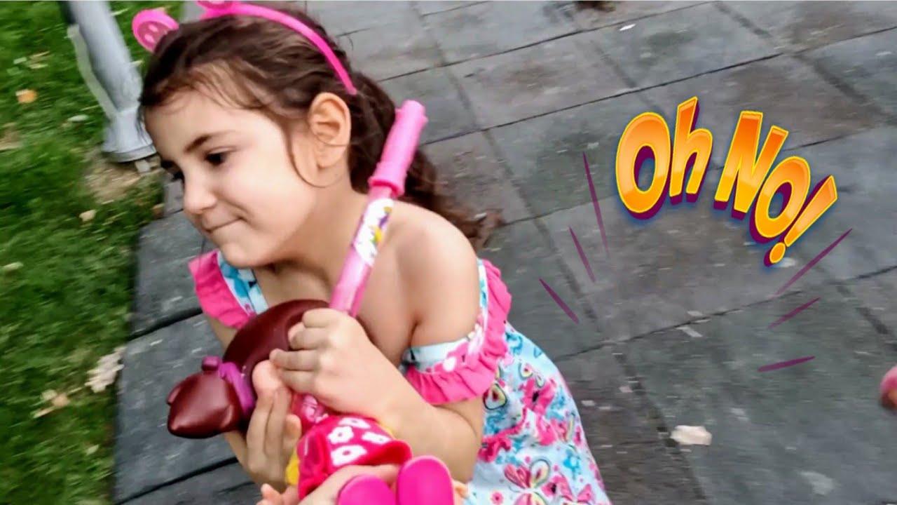 Nilda ve Nevra Taş Kağıt Makas Oynadı Oyun Hamurlarını Kazandı / Eğlenceli Çocuk Videosu