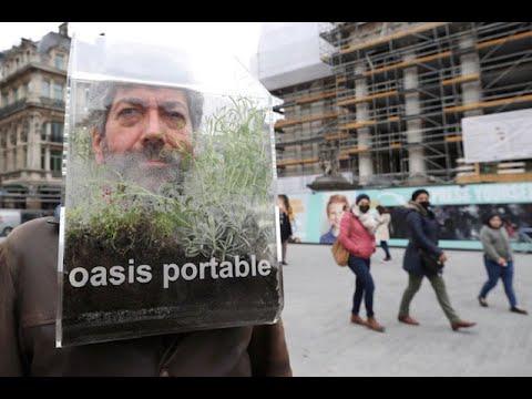 استوحاها من عمله في واحات تونس..بلجيكي يحمل واحته على كتفيه للوقاية من فيروس كورونا والتلوث